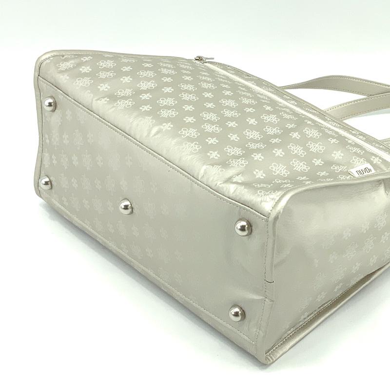 หมุดที่ฐานกระเป๋า สามารถวางกระเป๋าได้โดยไม่ล้ม
