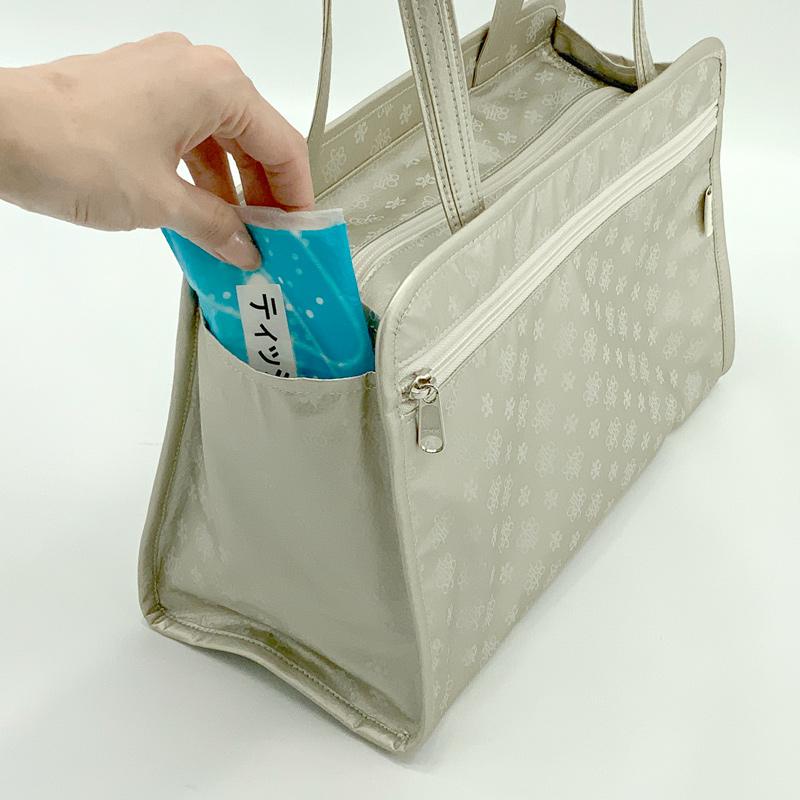 ช่องด้านข้างกระเป๋า สำหรับใส่ขวดน้ำ ร่ม โทรศัพท์มือถือ หรือของที่ต้องการหยิบใช้บ่อย