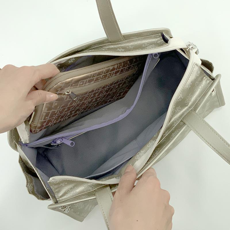 ช่องซิปยาวภายในกระเป๋า สามารถใส่กระเป๋าสตางค์ใบยาวได้