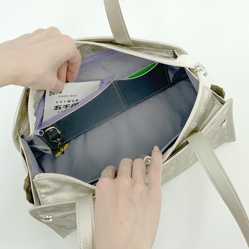 ช่องสำหรับใส่บัตรหรือการ์ดต่างๆ และที่ห้อยกุญแจสามารถถอดออกได้